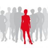 graue Menschen, Frau in rot im Vordergund